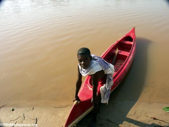 Bekopaka village; canoe boy (Tsingy de Bemaraha)