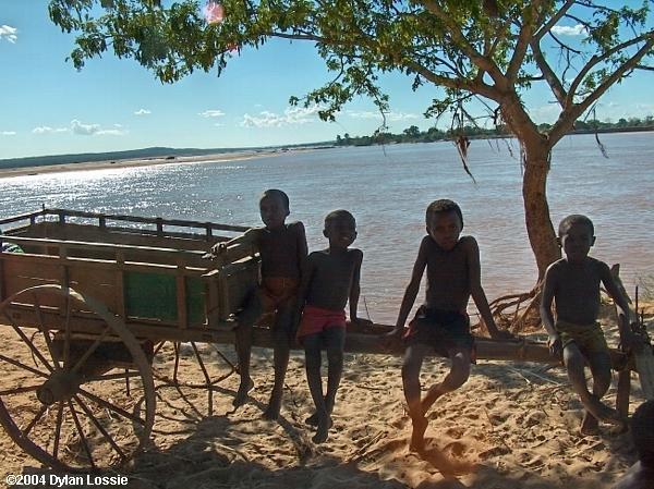 Tsiribihina River boys (Tsiribihina River boys)