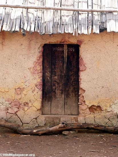 Hut door in Zafimaniry village of Ifasina (Ifasina / Antoetra)
