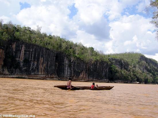 Sakalava family in canoe on Manambolo (Manambolo)