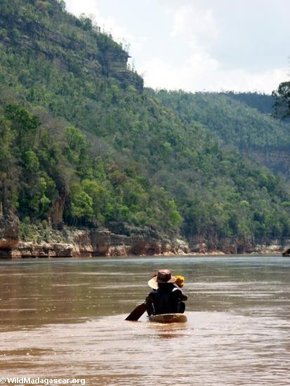 sakalava family in boat (Manambolo)