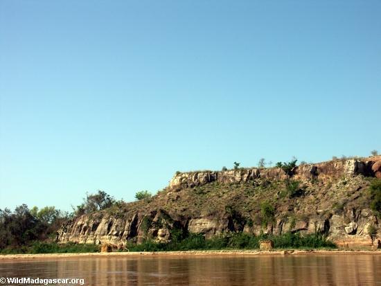 Sakalava Hütte auf sandbar entlang Manambolo Fluß
