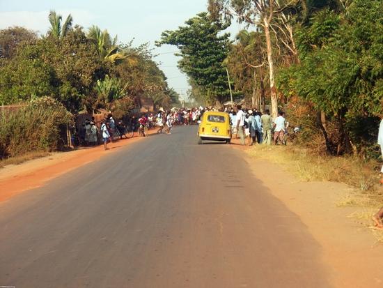 Funeral celebration on road in Morondava (Morondava)