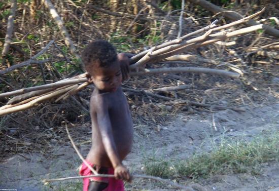 Junge entlang Straße in Morondava