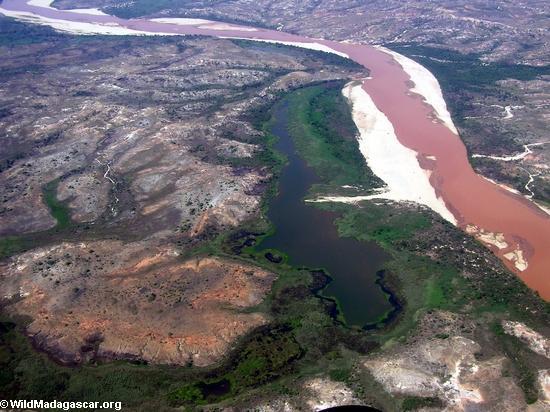 Aerial view of heavy sediment load in the Manambolo River (Manambolo)