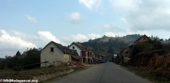 Countryside along road from Fianarantsoa (RN7) [tana-rano_0212]